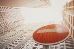 Zeitgenössischer weißer und grauer Wolkenkratzer, rotes Endverkehrsschild unten lizenzfreie stockfotografie