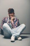 Zeitgenössischer zufälliger junger Mann, der eine Tablette verwendet Stockfotos