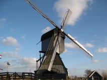 Zeitgenössischere Windmühle aufgestellt im alten Bauernhof durch das Kinderdijk nahe Rotterdam, die Niederlande lizenzfreies stockbild
