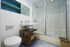 Zeitgenössisches Badezimmer mit Eckdusche Stockfotografie