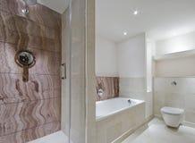 Zeitgenössisches Badezimmer mit Marmorsonderkommandos Lizenzfreies Stockbild