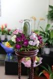 Zeitgenössisches Blumengesteck. Stockfotografie
