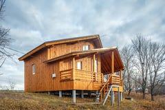 Zeitgenössisches hölzernes Einfamilien- Häuschen auf See Lizenzfreie Stockbilder