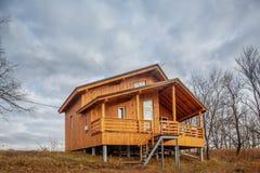 Zeitgenössisches hölzernes Einfamilien- Häuschen auf See Lizenzfreies Stockfoto