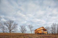 Zeitgenössisches hölzernes Einfamilien- Häuschen auf See Stockbilder