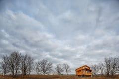 Zeitgenössisches hölzernes Einfamilien- Häuschen auf See Lizenzfreies Stockbild