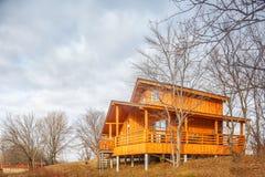 Zeitgenössisches hölzernes Einfamilien- Häuschen auf See Stockfoto