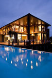 Zeitgenössisches Haus mit Poolreflexion Stockfotos