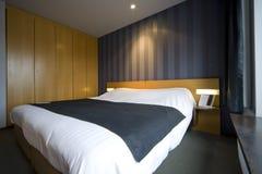 Zeitgenössisches Hotelzimmer Stockfotos