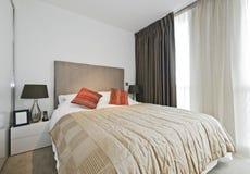 Zeitgenössisches Schlafzimmer stockbild