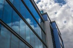 Zeitgenössisches städtisches Gebäude mit Glasfenster-Reflexion Stockbilder