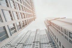 Zeitgenössisches weißes und graues Wohnwolkenkratzerwohngebäude lizenzfreie stockfotos