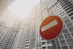 Zeitgenössisches weißes Wolkenkratzergebäude mit einem roten Endverkehrsschild stockfotografie