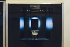 Zeitgen?ssische K?che mit aufgebaut in der Kaffeemaschine stockfoto