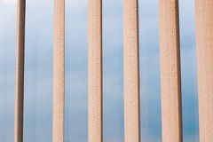 Zeitgenössische Architekturelemente, sichtbares durchgehendes str des blauen Himmels Lizenzfreie Stockfotografie