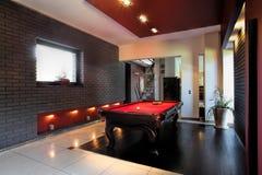 Zeitgenössischer Innenraum mit einem Snookertisch Lizenzfreie Stockfotografie