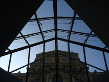 Zeitkontrast am Louvre lizenzfreies stockbild
