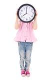 Zeitkonzept - nettes kleines Mädchen, das ihr Gesicht mit Bürocl bedeckt Lizenzfreie Stockbilder