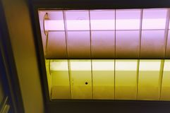 Zeitlimit-Beleuchtung eines Raumes mit grüner und purpurroter Farbe Stockbilder