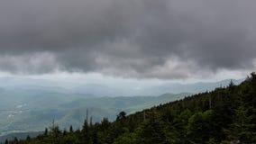 Zeitlimit Mt Mitchell Tower Clouds Roll über blauem Ridge Mountains stock video