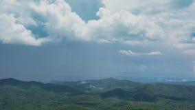 Zeitlimit-Trichter-Spitze über dem Tal-Sturm, der im Sommer braut stock footage
