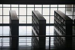 Zeitlose Bücherregale in der Bibliothek stockbild