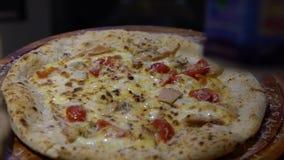 Zeitlupe-Chef, der eine geschmackvolle Pizza in der Küche des italienischen Restaurants zubereitet stock footage