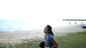 Zeitlupe der asiatischen Mutter und des jungen Babys stock video footage