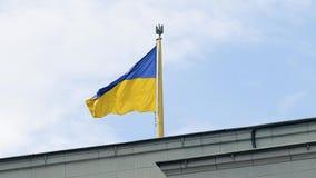 Zeitlupe der flatternden ukrainischen Flagge über dem Parlamentsgebäude in der Mitte von Kiew stock video