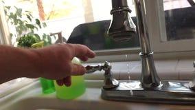 Zeitlupe der Hand weg tropfenden Küchen-Hahn drehend stock footage