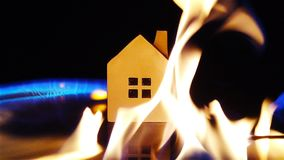 Zeitlupe des Brandstifters das Benzin um ein Hauskonzept der Haussicherheit u. -versicherung anzündend stock video footage