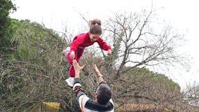 Zeitlupe des Vaters seine entzückende Tochter in der Luft werfend stock video footage