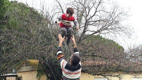 Zeitlupe des Vaters seinen entzückenden Sohn in der Luft werfend stock video