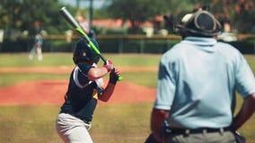Zeitlupe des Werfers einen Ball und einen Schagmann werfend, die warten, um während des Baseballspiels zu schlagen stock video