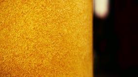 Zeitlupe ein Rausch von Blasen in der bernsteinfarbigen Getränknahaufnahme des Gießens stock footage