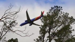 Zeitlupe-Fläche auf Endanflug an San Diego Airport stock video
