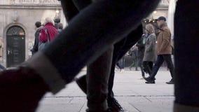 ZEITLUPE: Fußgänger kreuzen beschäftigte Stadtstraße in München, Deutschland Tagsüber auf kaltem Winter, stationäre Kamera 120 stock video footage