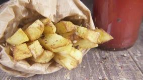 Zeitlupe gebratene Kartoffeln besprüht mit einer Mischung des Pfeffers stock video footage