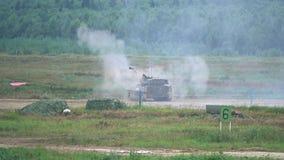Zeitlupe geschossen von schießender selbstfahrender Artillerie der russischen Armee stock video footage