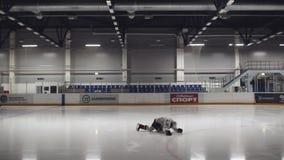 Zeitlupe Guy Does Exercises für das Ausdehnen auf Eis-Arena stock video