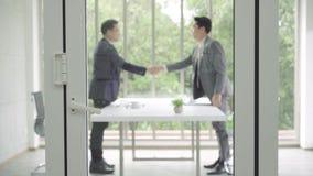Zeitlupe - Händedruck zum Versiegeln ein Abkommen nach einer Jobeinstellungssitzung stock footage