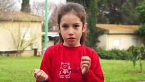 Zeitlupe - junges Mädchen, das einen gelben Ballon hält, der sie knallt und überrascht stock video footage