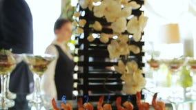 Zeitlupe köstlicher Canape gelegen auf schwarzen Regalen an der Partei stock video footage