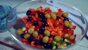 Zeitlupe, Küche gesund, Tomate, Gurke, Oliven, Fallen, organisch; Schüssel, Salat stock video footage