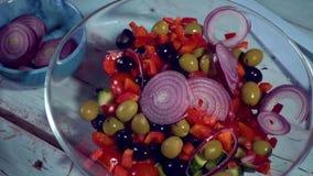 Zeitlupe, Küche gesund, Tomate, Gurke, Oliven, Fallen, organisch; Schüssel, Salat stock footage