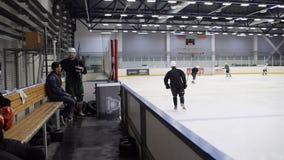 Zeitlupe-Kerle fahren Eis-Arena fort Hockey, zu spielen zu üben stock video