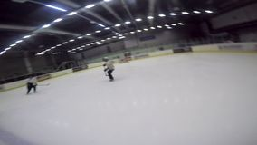 Zeitlupe-Mann-Spiel-Hockey auf Eis-Arena im Sport-Komplex stock video footage