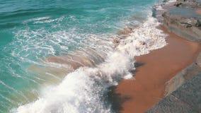 Zeitlupe-Meereswogen, die auf Ufer brechen stock video