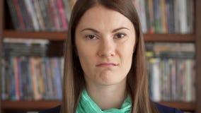 Zeitlupe-Nahaufnahmeporträt von grimmigen angewiderten aufrichtigen starken Gefühlen der jungen Frau des Umkippens auf Gesicht stock video footage