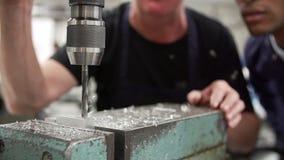 Zeitlupe-Reihenfolge des Ingenieurs Drilling Metal stock video footage